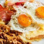 Gegrillter Käse, Pilze, Eier und Speck